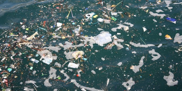 Over 90 prosent av all plastikk og avfall i verdenshavene kommer fra ikke-hvite nasjoner. (Pixabay).