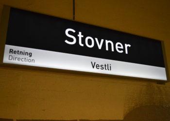 STOVNER: Et ukjent antall personer skal ha vært involvert i et drapsforsøk på T-banestasjonen på Stovner. Politiet forteller at det ble brukt automatvåpen. (Foto: Lykten.no).