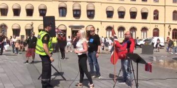 SIAN får sin grunnlovsfestede rettighet til demonstrasjon og ytringsfrihet stoppet av norske myndigheter, representert ved politiet i Drammen. (Skjermbilde Youtube).